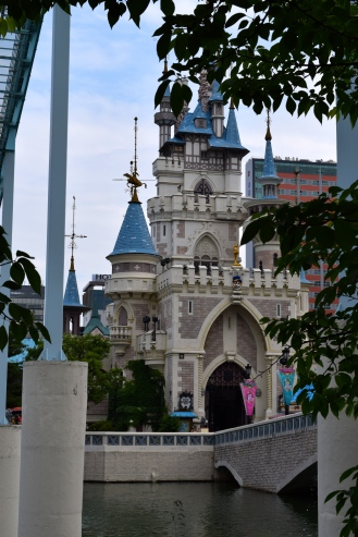 This is where the princess of Korea lives...just kidding. It's actually an amusement park (Korea's disneyworld) where Mom and I happened to walk into!